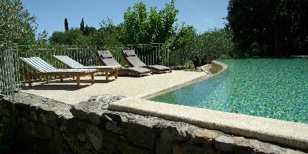 Mas de Valz, gîte La Grive Le solarium piscine
