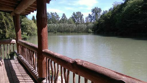 Un balcon sur l'étang comme une coursive de bateau