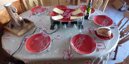 Le Dôme des Sonnailles à La Ferme de Pralognan La table dressée avec sa raclette