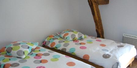 Gîte Le Charnoy Chambre étage  - lits 90 -