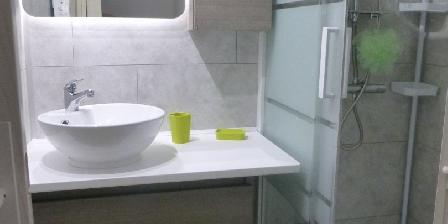 Location de Vacances Hameau du Rivage Christelle  Michel Gozet La salle de bain, grande douche et rangements