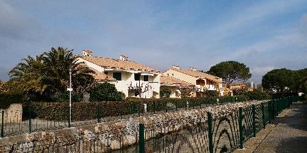 Location de Vacances Hameau du Rivage Christelle  Michel Gozet La résidence piétonne et l'Agouille.