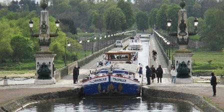 La Ferme du Buisson Péniche sur le pont-canal