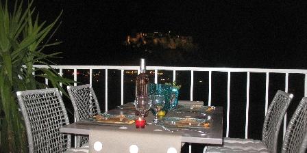 Le Panorama Repas en terrasse avec vue chateau allumé la nuit