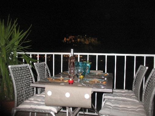 repas en terrasse avec vue chateau allumé la nuit