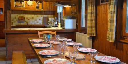 Le Chalet La grande table de ferme et le bar côté cuisine ouverte