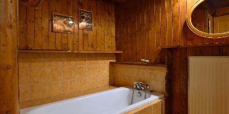 Le Chalet La salle de bains n°1 et sa baignoire