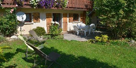 Le Chalet Côté sud, le coin jardin privé et la terrasse