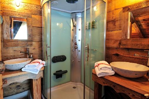 Chambre d'hote Haute-Savoie - Salle de bains avec grande douche à jets et 2 vasques