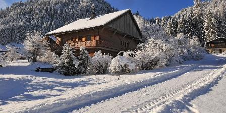 Le Chalet Le chalet en hiver et le sentier de randonnées