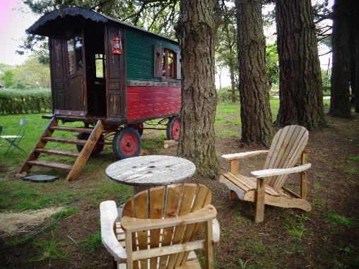 Chambre d'hote Finistère - roulotte gypsie:le salon extérieur