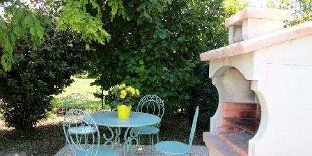 Gites Le Jasmin Barbecue jardin