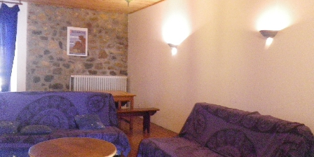 Le Fromentou - Gîte Rural 12 Personnes Salon avec 3 clic clac et TV