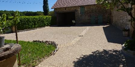 Gite Mémé Cantou Cour exterieure et le garage
