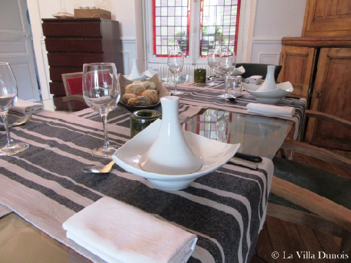 bed & breakfast Loiret - Host dining table