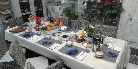 Les chambres de Catherine Petit déjeuner servi dans la véranda