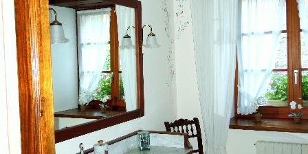 Au Cadran Solaire  Chambre de Charme La salle de bain avec douche et baignoire