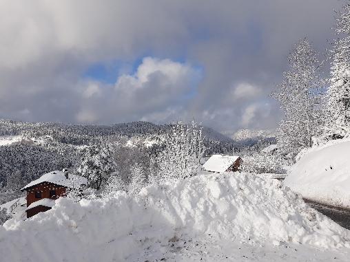Neige devant le chalet