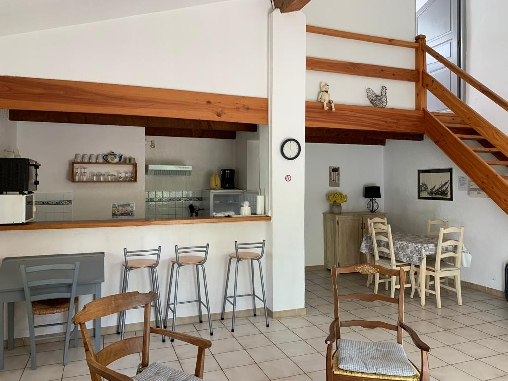Gîte Les Cyprès le salon et la cuisine