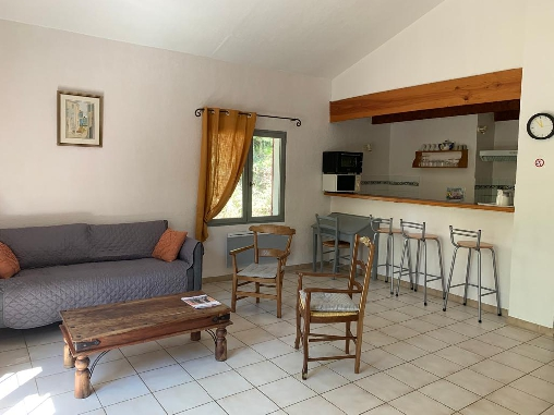 Gîte Les Cyprès cuisine et coin salon