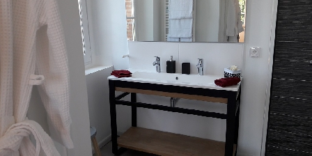 Au Coeur des Eléments Bathroom suite Fire, Italian shower