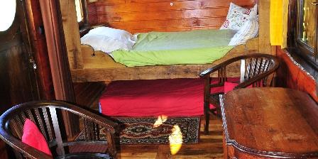 Yourtes et Roulotte de La Laîta Le lit en alcove