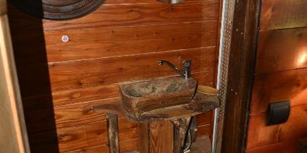 Yourtes et Roulotte de La Laîta La salle d'eau de la roulotte