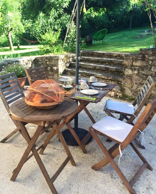 Chambre d'hote Aveyron - le petit-dejeuner á la terrasse
