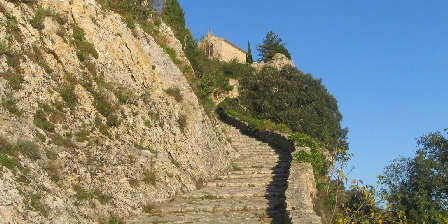 Location Saisonnière Les Mazets d'Aiguèze Le chemin pour descendre à l'Ardèche