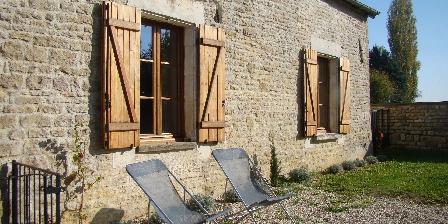 Location Saisonnière dans La Maison d'Agnès en Bourgogne Courtyard side