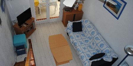 Location Saisonnière Georges Ruault  Coin séjour avec canapé très confortable, vue de la mezzanine.