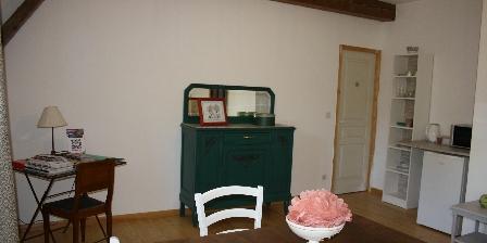 Sous Les Pins Aux Cheveux Verts Fleurs et table sous la tonnelle