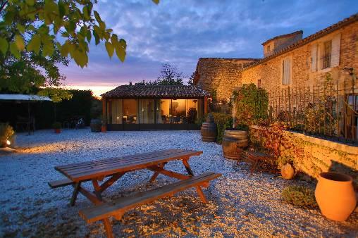 Chambres d'hotes Vaucluse, à partir de 95 €/Nuit. Maison/Villa, Gordes (84220 Vaucluse), Charme, Piscine, Jardin, Parking, Climatisation, 4 chambre(s) double(s), Velo, Vue campagne, Orientation sud, Non Fumeurs, Animaux no...
