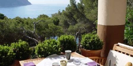 L'escale Les petits déjeuners sont servis sur la grande terrasse face à la mer et au Cap Canaille