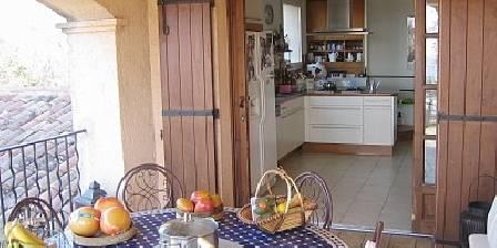 La Cigalière La cuisine vue de la terrasse couverte