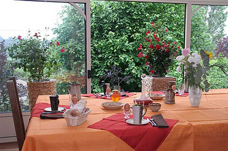 bed & breakfast Eure - Breakfast table in the veranda