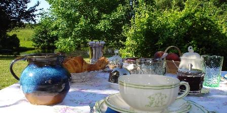 La Verrerie d'Ivoy Le petit déjeuner servi au jardin
