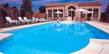 Le Château de Flammerans La piscine chauffée devant l'Orangerie