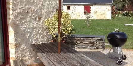 Les gîtes des Gauliers Terrasse en pavés de granit devant le gîte