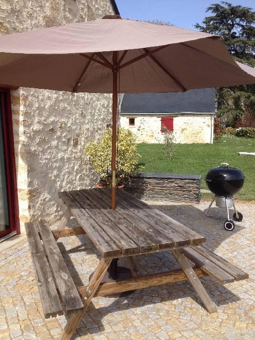Terrasse en pavés de granit devant le gîte