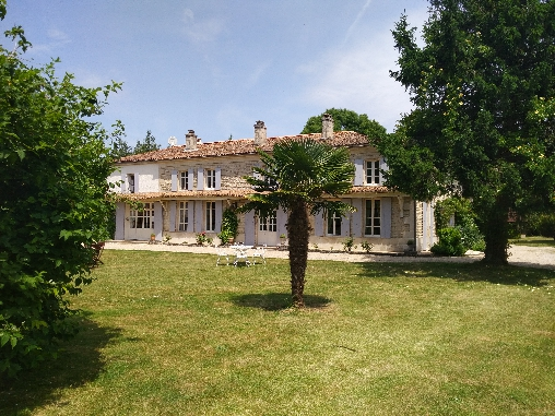 Bed & breakfasts Deux-Sèvres, House/Villa, Castle, Unusual, Vallans (79270 Deux-Sèvres), Charm, Luxury, Guest Table, Swimming Pool, Garden, Park, Net, WiFi, T.V., Baby Kits, Parking, Lounge, Library, Snooker, Chimeney, Kids Games,...
