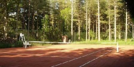 Le Moulin de Crouy Le court de tennis dans le parc