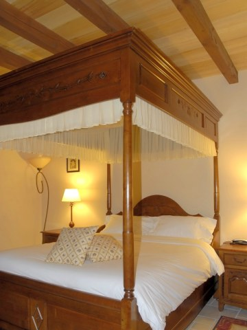 bed & breakfast Charente - Le Patachon - Bedroom with a four-poster bed