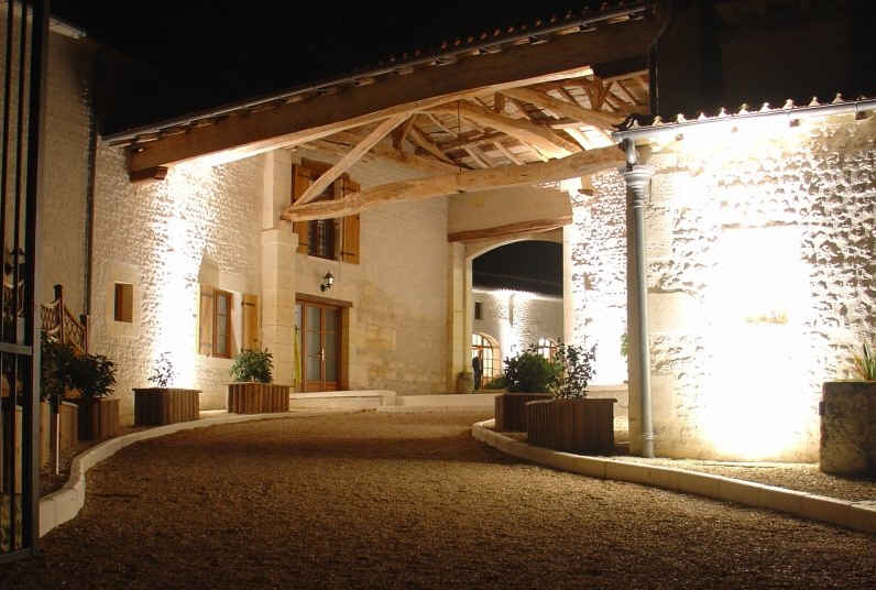 bed & breakfast Charente - The main entrance at night