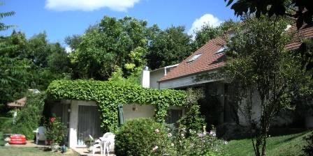 Les Hauts de La Vaucouleurs The residence surrounded by a garden