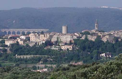 Le village avec le pont du Gard