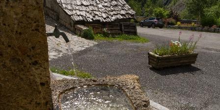 Maison de l'Etoile Fontaine d'eau de source du village