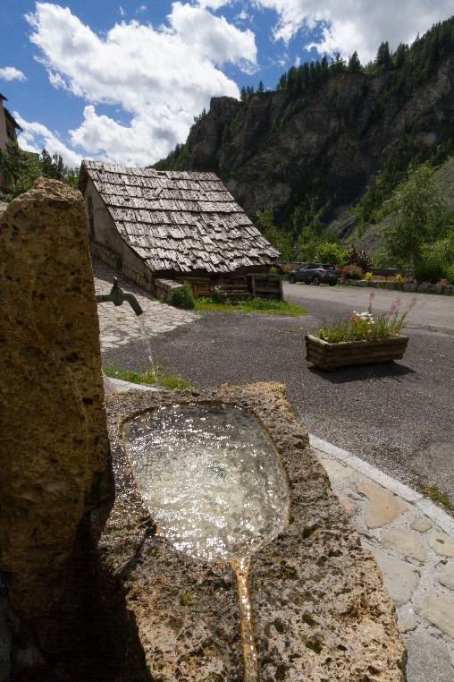 fontaine d'eau de source du village