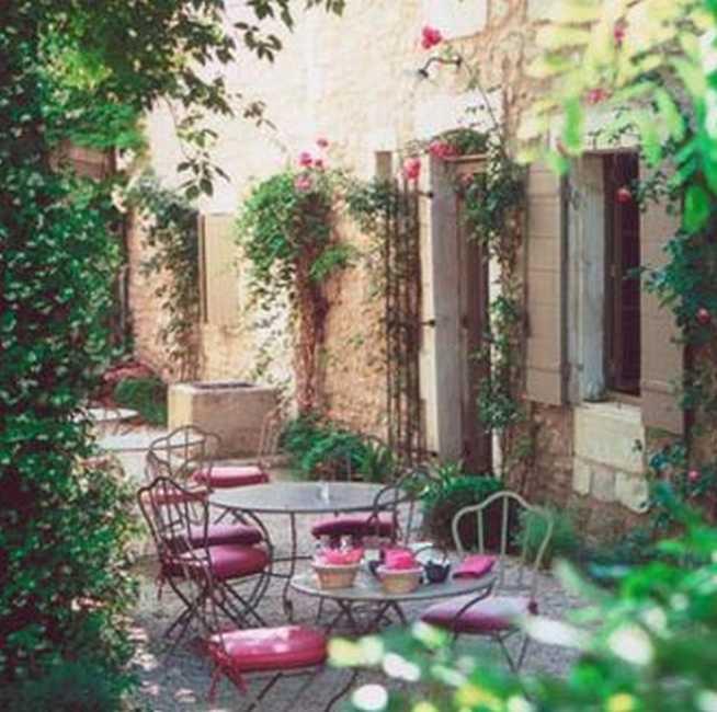 Chambres d'hotes Bouches du Rhône, à partir de 150 €/Nuit. Saint Rémy de Provence (13210 Bouches du Rhône). A proximité : Saint Rémy De Provence 2.5 km, Arles 18 km, Vaucluse 12 km, Avignon 12 km, Les Baux De Provence 5 km, Le Pon...