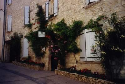 Chambres d'hotes Vaucluse, Venasque (84210 Vaucluse). A proximité : Carpentras 12 km, Avingon 30 km, Gordes 15 km, Drôme, Gard, Bouches Du Rhône, Fontaine De Vaucluse 15 km, Isle Sur La Sorgue 15 km, Avignon 30 km, Roussillon 2...